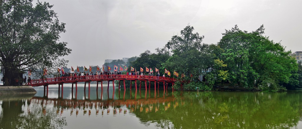 Le Pont Rouge (The Huc) menant au Temple de Jade (Ngoc Son) - © Jean-Marc Astesana