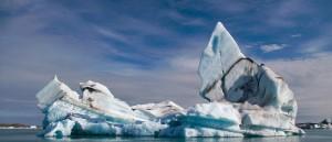 Un iceberg traverse tranquillement Jökulsárlón - © Rob Oo