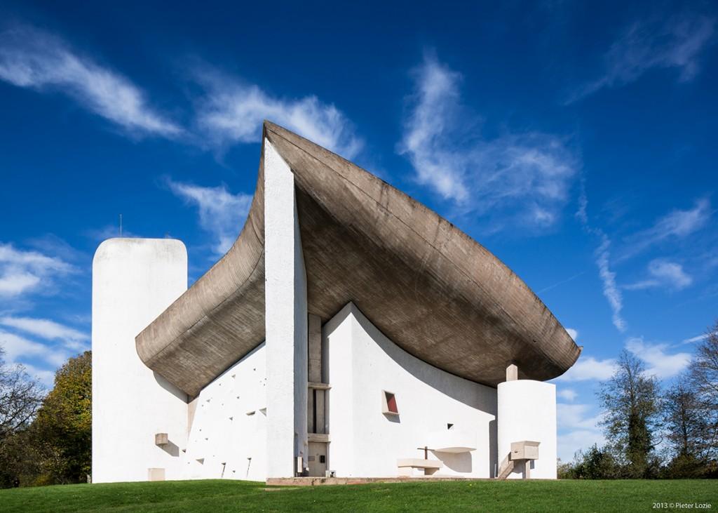 La chapelle Notre-Dame-du-Haut, à Ronchamp, en France (1955) - © Pieter Lozie