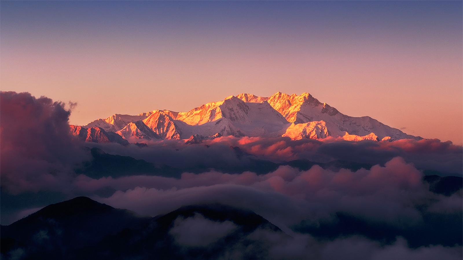 Le Kangchenjunga au-dessus des nuages, en Inde - © Subhadip Choudhury