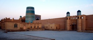 Face aux monuments de Kouna-Ark, à Khiva, en Ouzbékistan - © Fulvio Spada